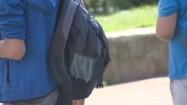 Uczniowie z plecakami