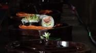 Sushi na płynących łódkach