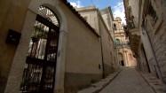 Wąska uliczka w Scicli na Sycylii
