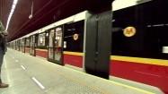 Pociąg metra wjeżdżający na stację