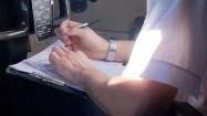 Pilot zaznaczający dane na mapie lotniczej