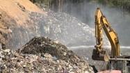 Dogaszanie pożaru na wysypisku śmieci