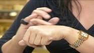 Rozsmarowywanie żelu na dłoni