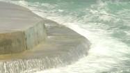 Fale oceanu rozbijające się o brzeg