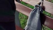 Zapinanie kłódki przy plecaku