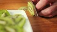 Krojenie kiwi na plasterki