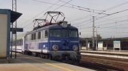 Pociąg na stacji kolejowej