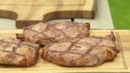 Steki z grilla na drewnianej desce
