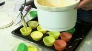 Przygotowanie muffinek - nakładanie ciasta do papilotek