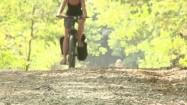 Rowerzystka jadąca w lesie