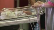 Noworodek w szpitalnym wózku