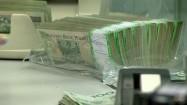 Otwieranie paczki z pieniędzmi