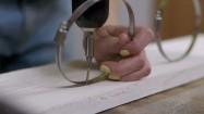 Przykręcanie metalowej opaski do deski