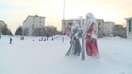 Figury Dziadka Mroza i Śnieżynki na placu w Murmańsku