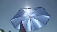 Niebieski parasol plażowy
