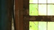Okno w opustoszałej hali fabrycznej