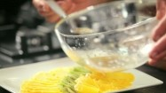 Polewanie sosem owoców na talerzu