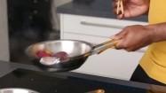 Podsmażanie połówek nektarynki na patelni