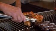 Obracanie szaszłyków na grillu