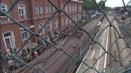 Tłum ludzi na peronie