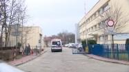 Ambulas wjeżdżający na teren szpitala