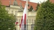 Flaga Polski wciągana na maszt