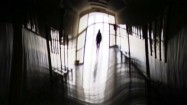 Kobieta idąca korytarzem