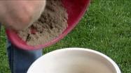 Przesypywanie piasku z miski do miski