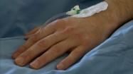 Wenflon wkłuty w rękę pacjenta