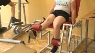 Dziecko ćwiczące na siłowni
