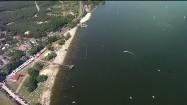 Tłumy na plaży nad jeziorem