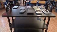 Smartfony na stoliku w klasie