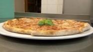 Upieczona pizza na talerzu