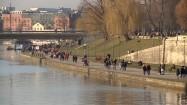 Ludzie spacerujący po bulwarach w Krakowie