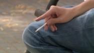 Strzepywanie popiołu z papierosa