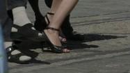 Kobieta w szpilkach i mężczyzna w skarpetach do sandałów