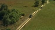 Samochody terenowe na polnej drodze