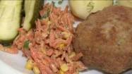 Kotlet mielony z ziemniakami, surówką i ogórkiem