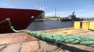 Okręt wojskowy wpływający do Portu Marynarki Wojennej RP w Kołobrzegu
