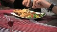 Krojenie łososia w cieście francuskim