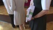 Nauczycielka trzymająca arkusze egzaminacyjne