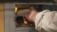 Dokładanie drewna do pieca