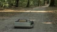 Robot polujący na kleszcze w lesie