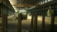 Hala produkcyjna - przewożenie materiałów
