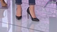 Kobiece nogi w czarnych szpilkach