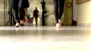 Ludzie idący po korytarzu