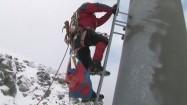 Ratownik TOPR wspinający się na słup wyciągu narciarskiego