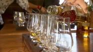 Wlewanie whisky do szklanki