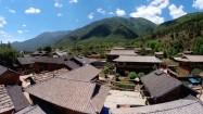 Chińska prowincja - zabudowania u podnóża Himalajów