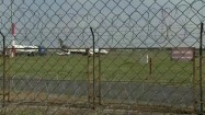 Kołujący samolot za ogrodzeniem
